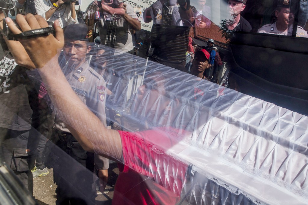 CILACAP, CENTRAL JAVA, INDONESIA - APRIL 28: A coffin is seen inside a ambulence as arrive at Wijaya Pura port during for transfer to Nusakambangan prison ahead of the executions of the Bali 9 on April 28, 2015 in Cilacap, Central Java, Indonesia. Condemned Bali Nine duo Andrew Chan and Myuran Sukumaran have been given 72 hours execution notice. The execution could be held as soon as Tuesday midnight on Nusukamban Island where they have been held, awaiting there fate since March 4th, 2015. Chan and Sukumaran were both sentenced to death after being found guilty of attempting to smuggle 8.3kg of heroin valued at around $4 million from Indonesia to Australia along with 7 other accomplices. (Photo by Ulet Ifansasti/Getty Images)