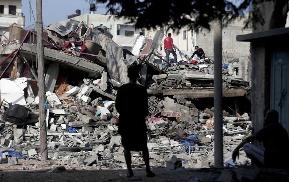 Palestino observa casa destruída por bombardeio de drones israelenses em agosto de 2014, na cidade de Gaza.