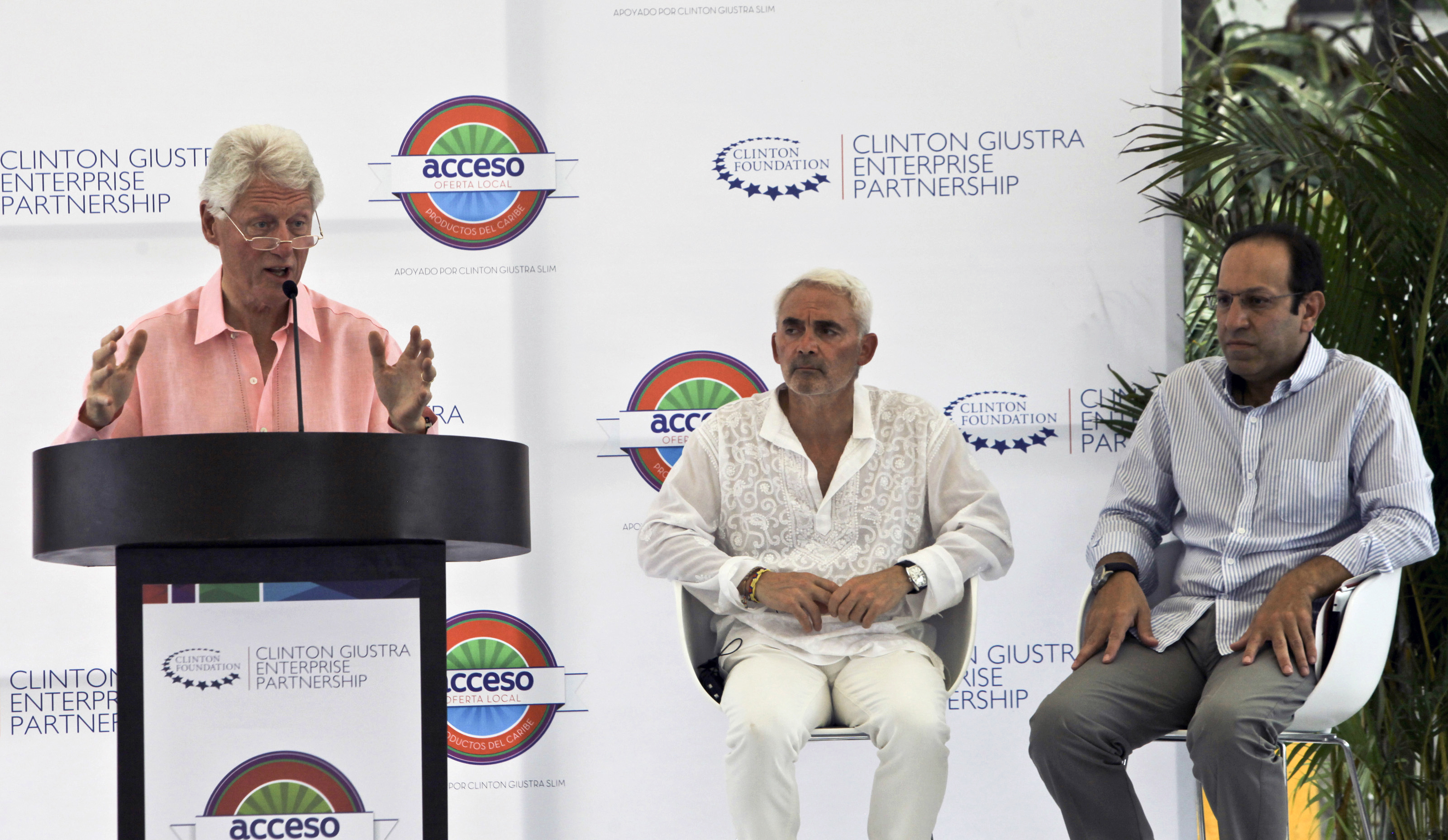 Former US President Bill Clinton (L) speaks next to Canadian philantropist Frank Giustra (C) and Mexican businessman Marco Slim, during the innauguration ceremony of the Acceso Oferta Local Food Company in Cartagena, Colombia on May 15, 2013.  This new company is the result of Colombian entrepreneours in the food industry with the support of the Clinton Giustra Enterprise Partnership. AFP PHOTO/Joaquin Sarmiento        (Photo credit should read Joaquin SARMIENTO/AFP/Getty Images)