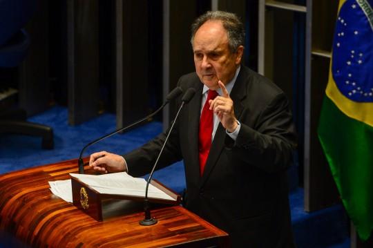 Brasília - Senador Cristovam Buarque anuncia, no plenário do Senado, sua desfiliação do PDT e sua entrada no PPS (Fabio Rodrigues Pozzebom/Agência Brasil)