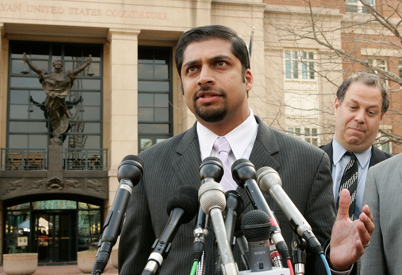 ALEXANDRIA, VA - 29 DE MARÇO: O advogado de defesa, Khurrum Wahid (E), de Ahmed Omar Abu Ali responde às perguntas da imprensa, enquanto o advogado de defesa Joshua Draetel (D) presta atenção, após Abu Ali receber 30 anos de prisão por se afiliar a al-Qaeda e conspirar para matar o presidente George W. Bush, em um tribunal federal. 29 de março de 2006. Alexandria, VA, EUA. Os advogados de Abu Ali disseram que apelariam da decisão. (Foto de Alex Wong/Getty Images)