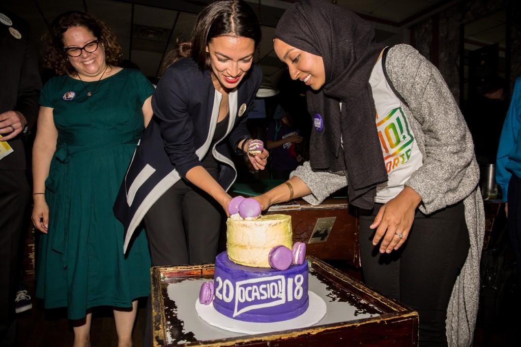 Alexandria Ocasio-Cortez comemora com seus apoiadores, inclusive Naureen Akhter, em uma festa da vitória no Bronx, em 26 de junho de 2018.