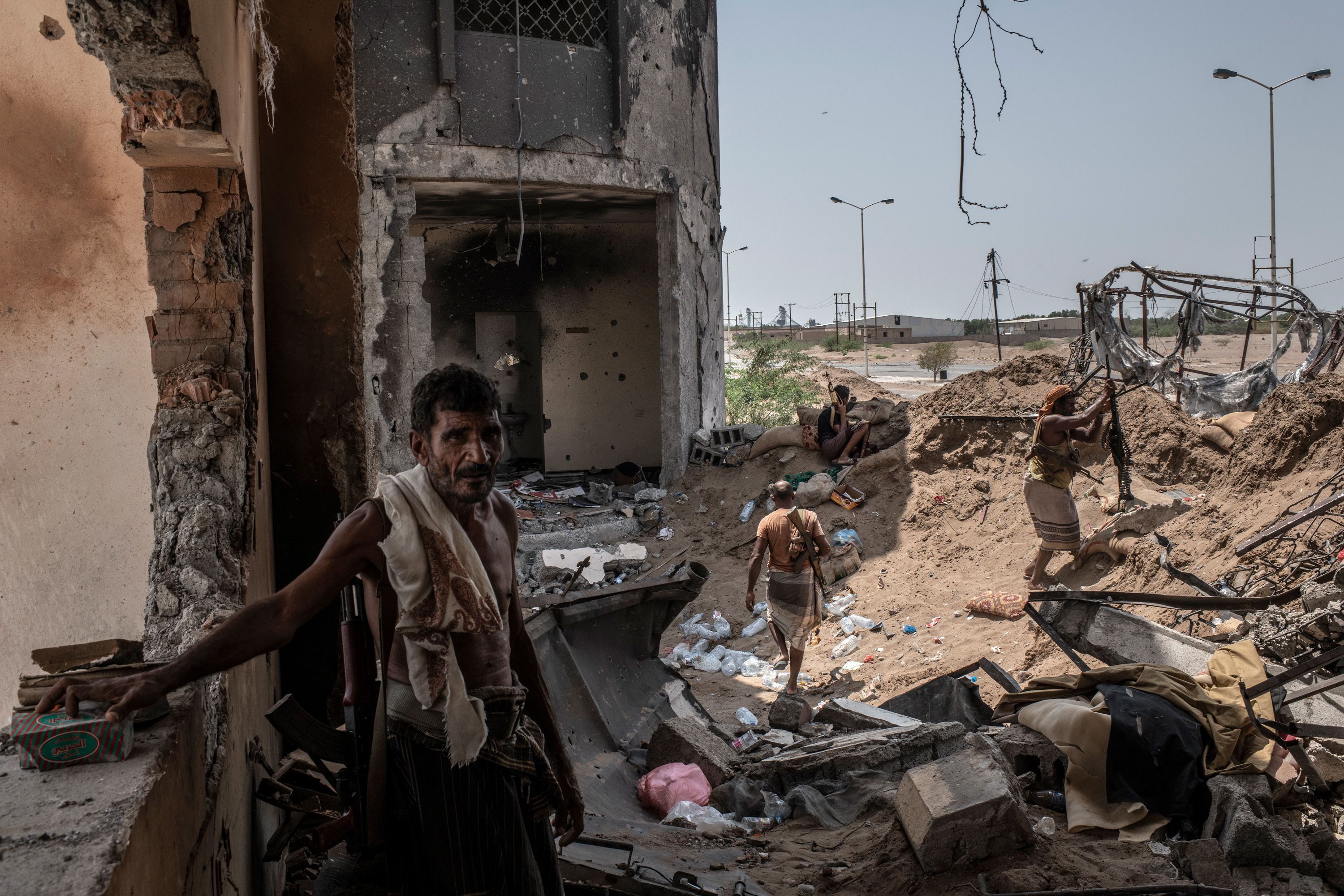 HODEIDAH, YEMEN - SEPTEMBER 21: Yemeni fighters aligned with Yemen's Saudi-led coalition-backed government, man a frontline position at Kilo 16, an area which contains the main supply route linking Hodeidah city to the rebel-held capital Sanaa, on September 21, 2018 in Hodeidah, Yemen. A coalition military campaign has moved west along Yemen's coast toward Hodeidah, where increasingly bloody battles have killed hundreds since June, putting the country's fragile food supply at risk. (Photo by Andrew Renneisen/Getty Images)