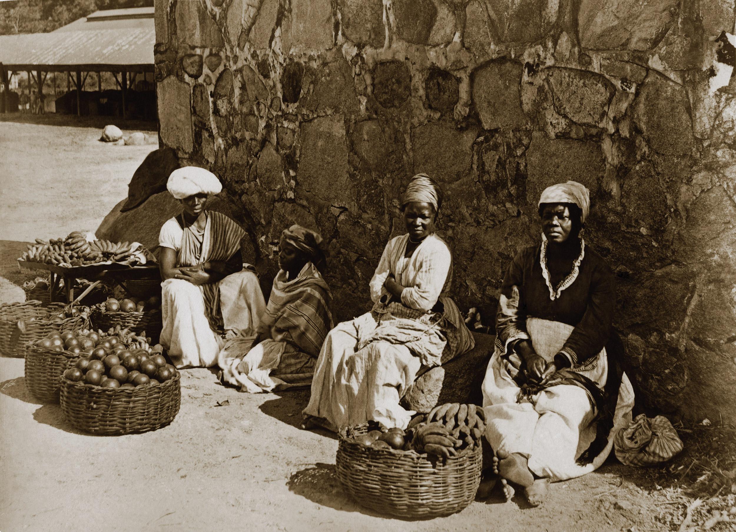 Fotografia do acervo do Instituto Moreira Salles mostra vendedoras de rua no Rio na década de 1870.