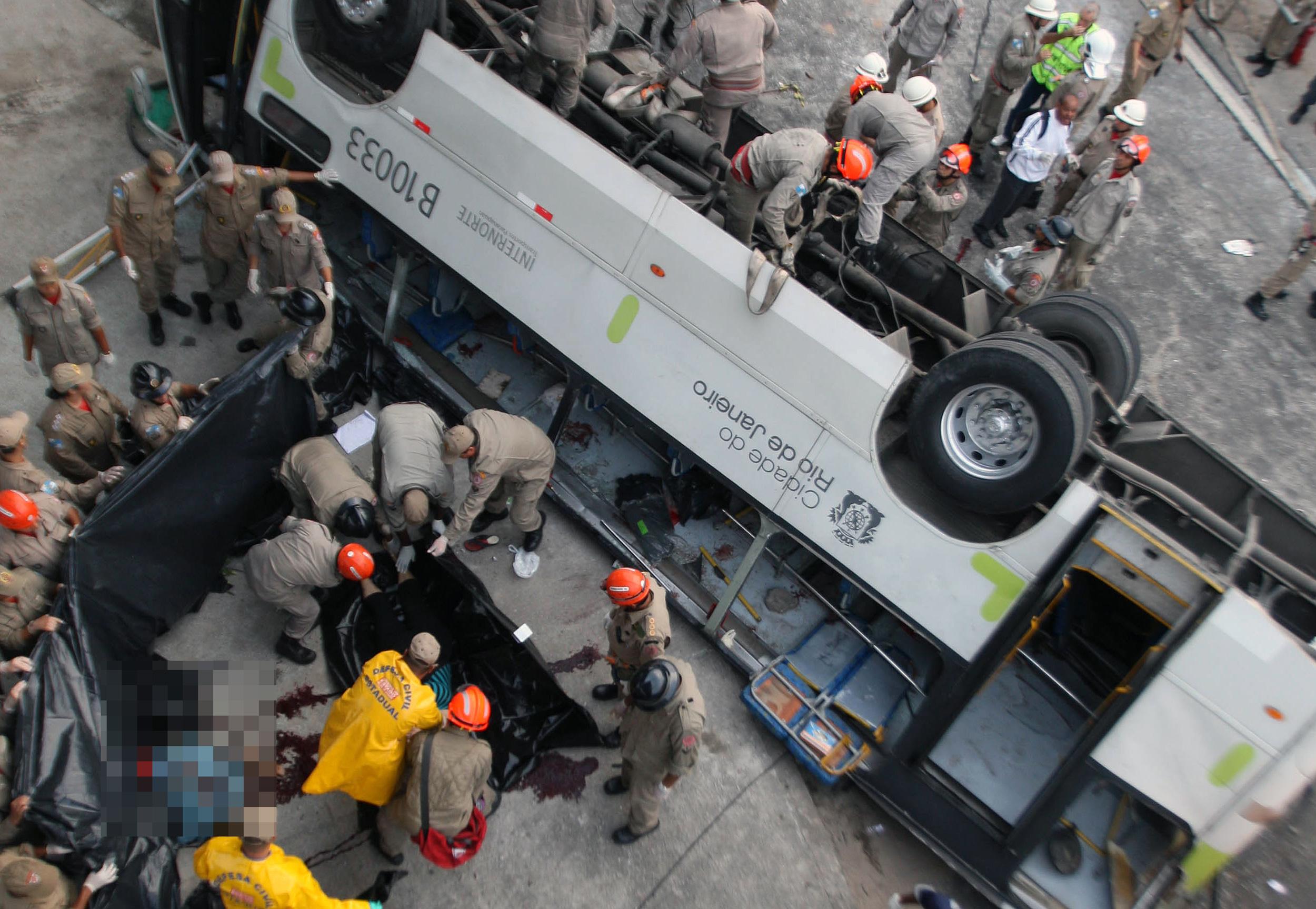 Bombeiros cariocas resgatam vítimas de acidente de trânsito. Em 2013, um ônibus caiu de uma ponte de 15 metros.