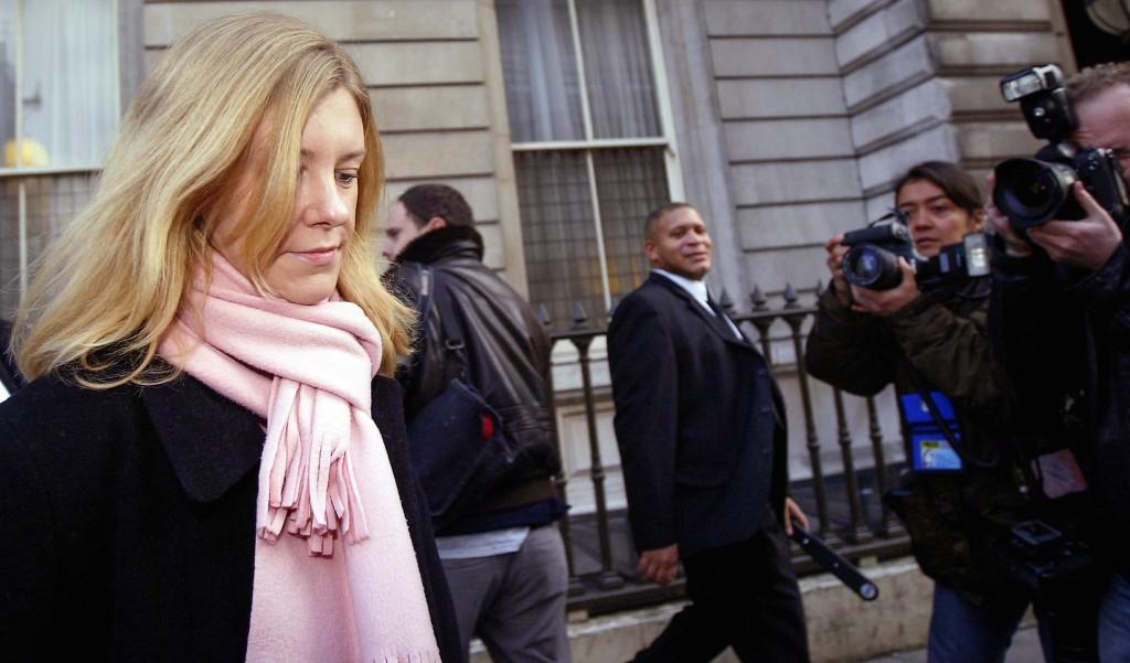 Katharine Gun, autora do vazamento de um e-mail da NSA, na saída do Tribunal de Bow Street, em Londres, no dia 27 de novembro de 2003.