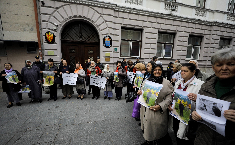 Parentes bósnios das vítimas de Srebrenica se reúnem para protestar contra o vencedor do Nobel de Literatura de 2019 Peter Handke em frente à Embaixada da Suécia em Sarajevo, na Bósnia, em 5 de novembro de 2019.