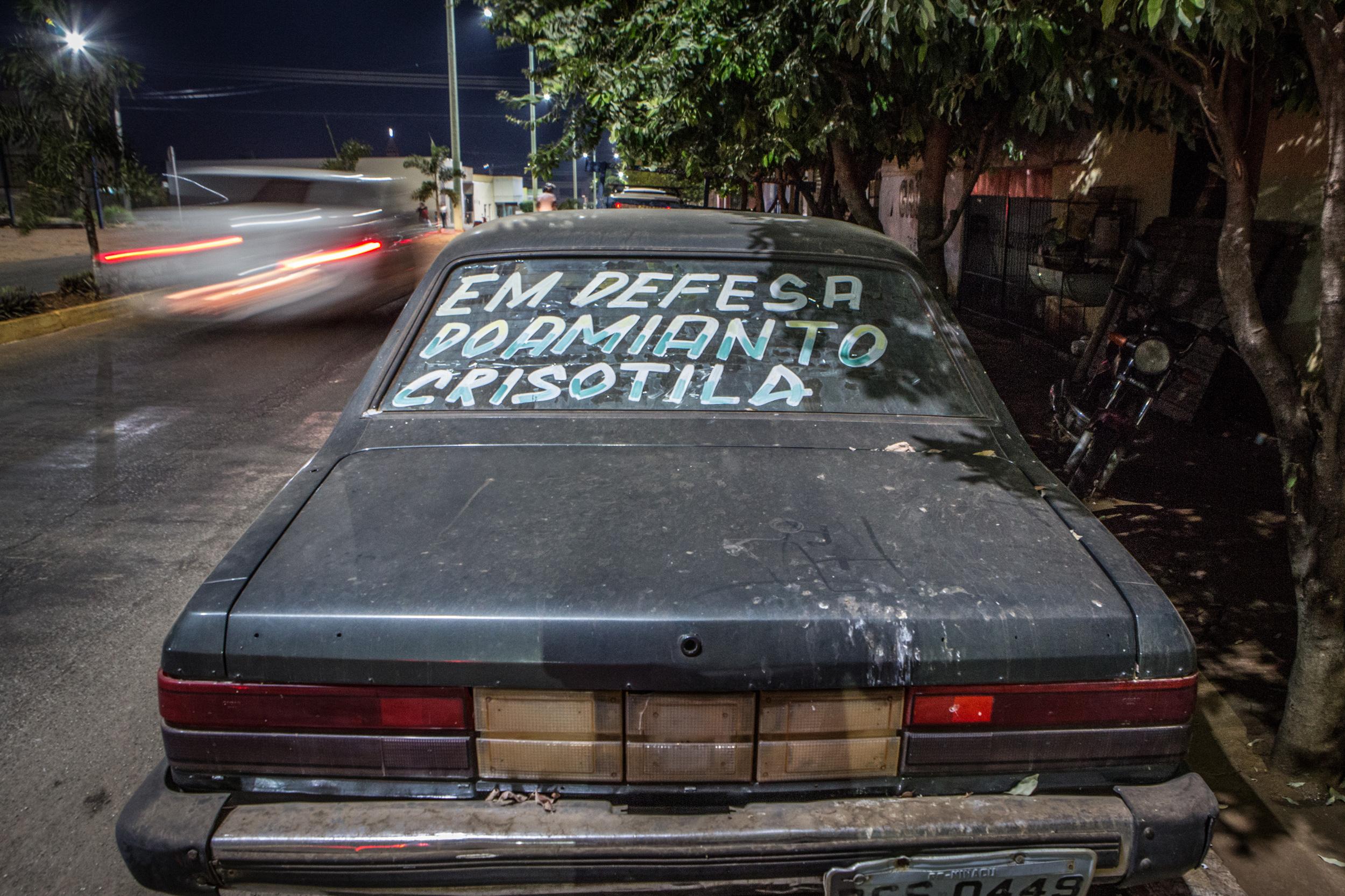 Carro em rua da cidade goiana de Minaçú, com inscrições de apoio a mineração de amianto. A cidade é sede da mineradora Sama, que produz amianto há decadas na região.