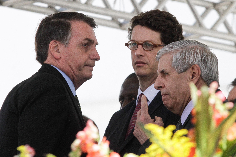 O presidente Jair Bolsonaro ao questão de Ricardo Salles, ministro do Meio Ambiente, bem como Augusto Heleno, do Gabinete de Segurança Institucional.