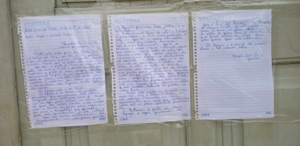 Carta escrita pela desembargadora Pini colada na porta de uma igreja de Macapá.