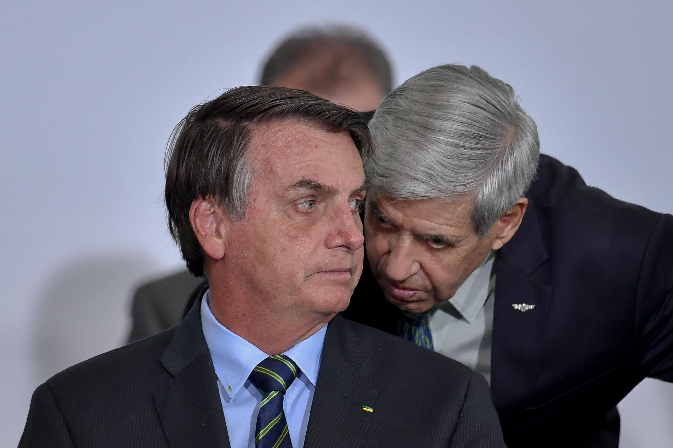 O presidente Jair Bolsonaro conversa com Augusto Heleno, ministro do GSI.