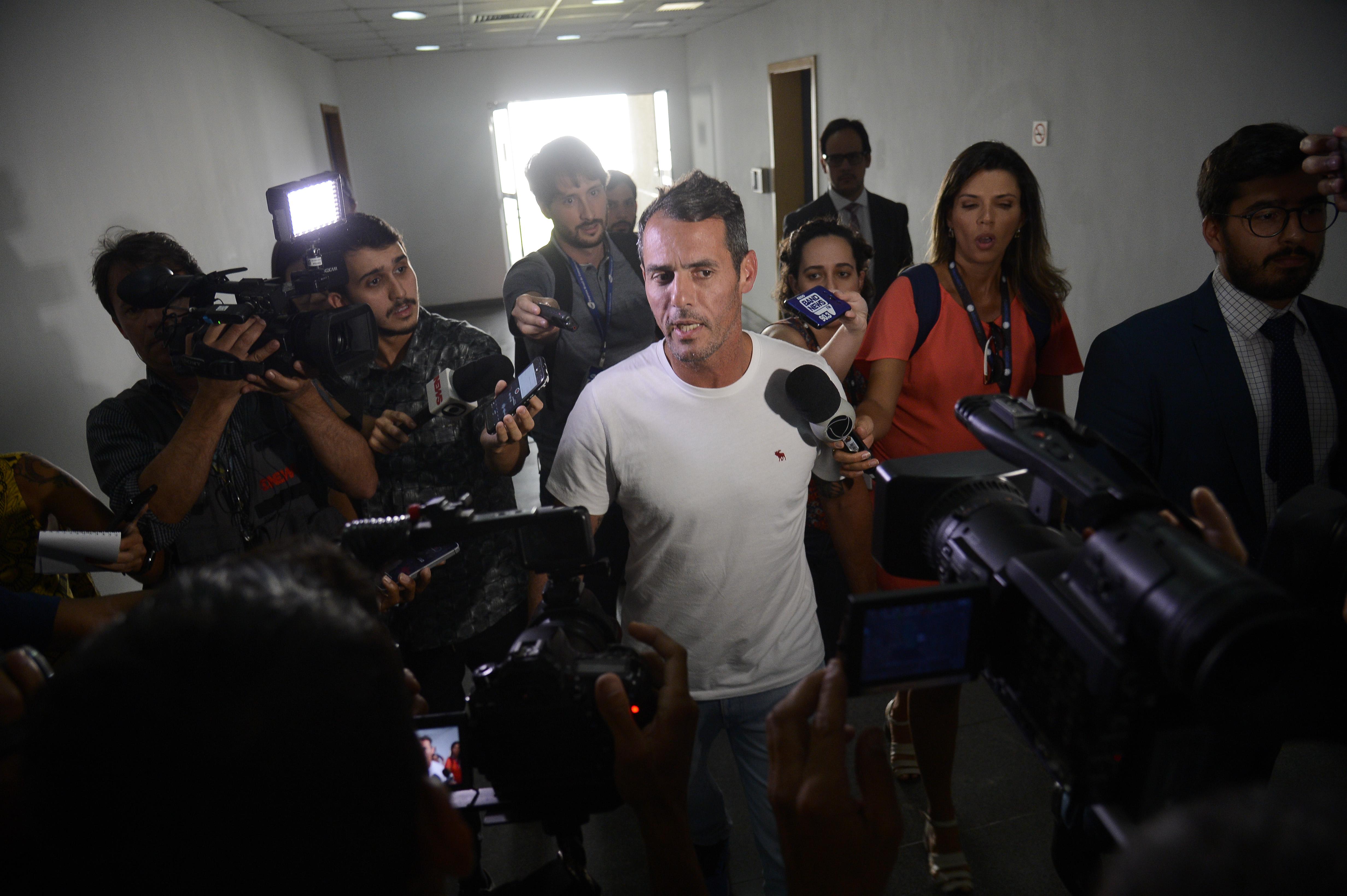 O vereador Marcello Siciliano (PHS) fala à imprensa após prestar depoimento na Cidade da Polícia, no Jacarezinho, zona norte da capital fluminense.